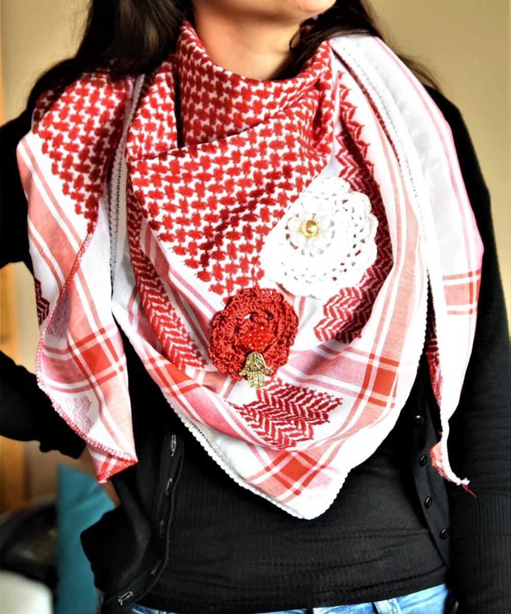 كوفية حمراء مزينة بزهور الكروشيه