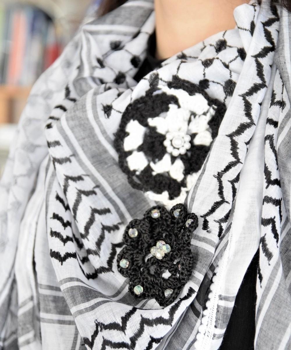 كوفية باللومين الأسود والأبيض  مزينة بزهور الكروشيه