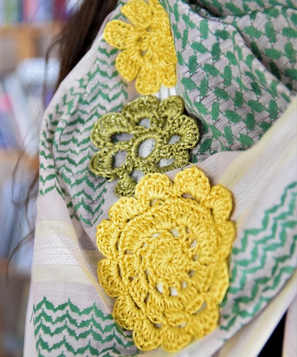 كوفية خضراء مزينة بزهور الكروشيه الصفراء