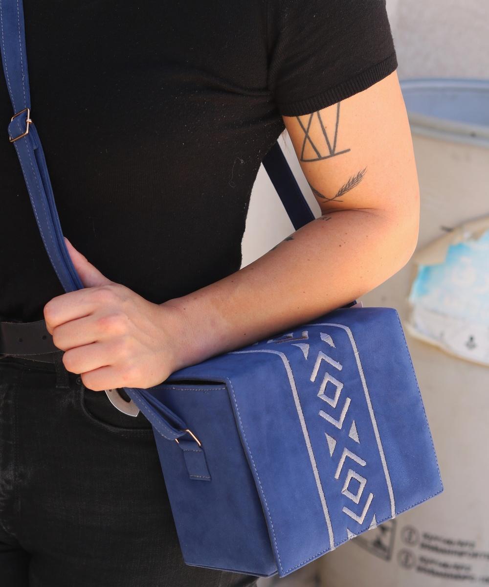 حقيبة من المخمل الأزرق الغامق بتطريز رمادى اللون