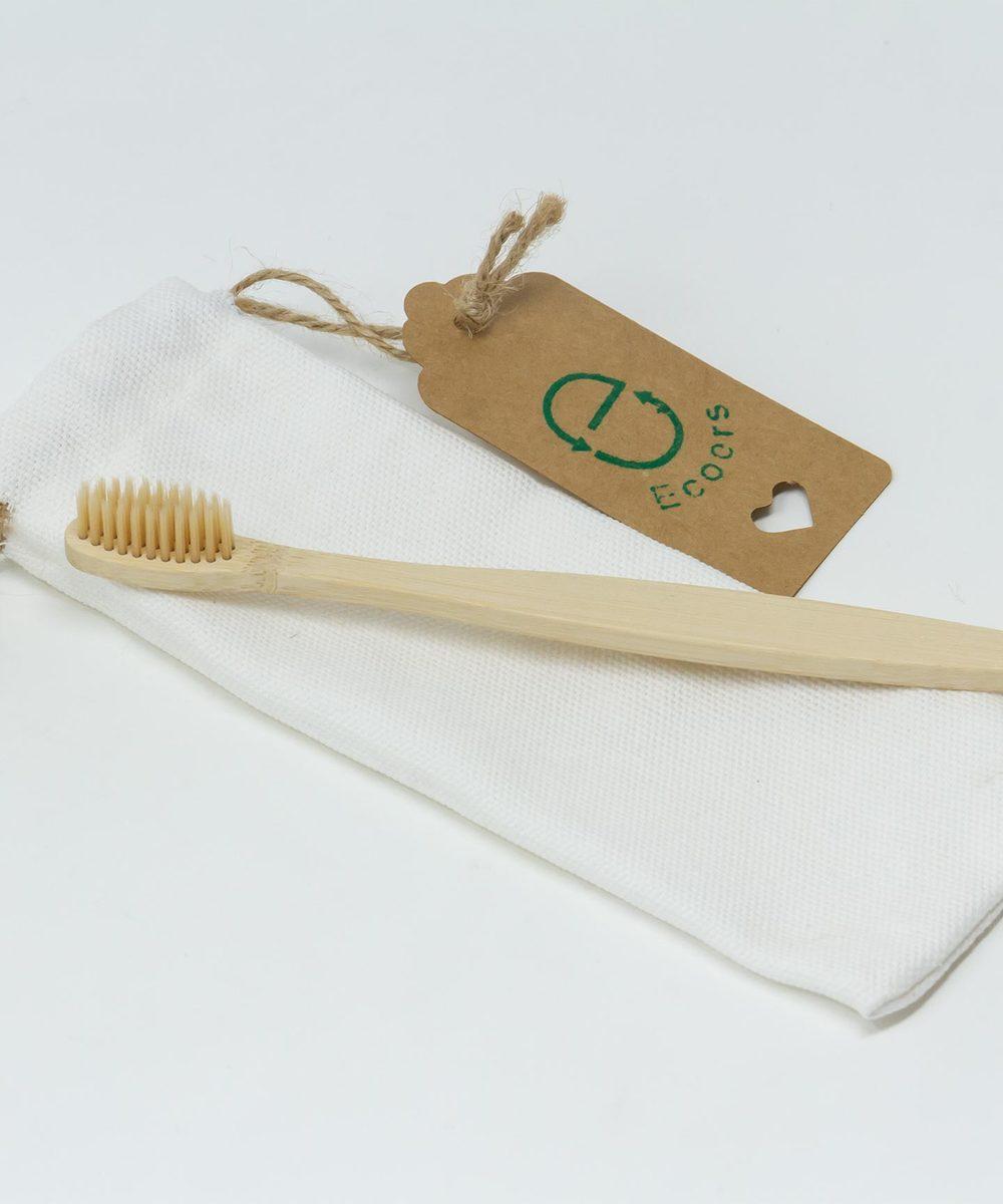 فرشاة الأسنان الخشبية