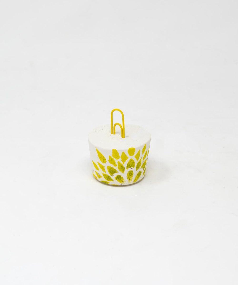 آنية نباتات مع حامل كروت باللون الأصفر