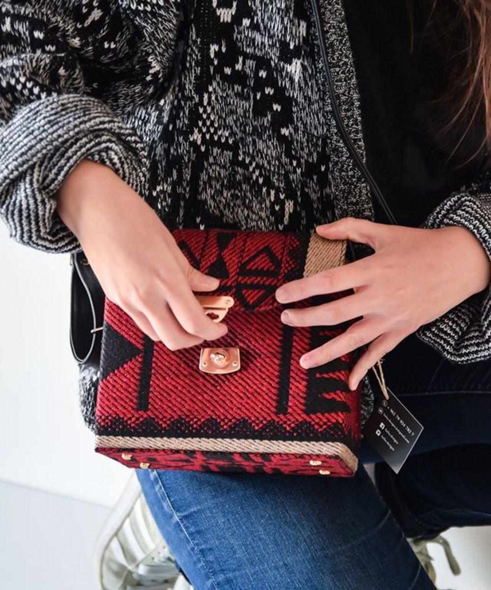 حقيبة باللون الأحمر والأسود على الطراز البدوى