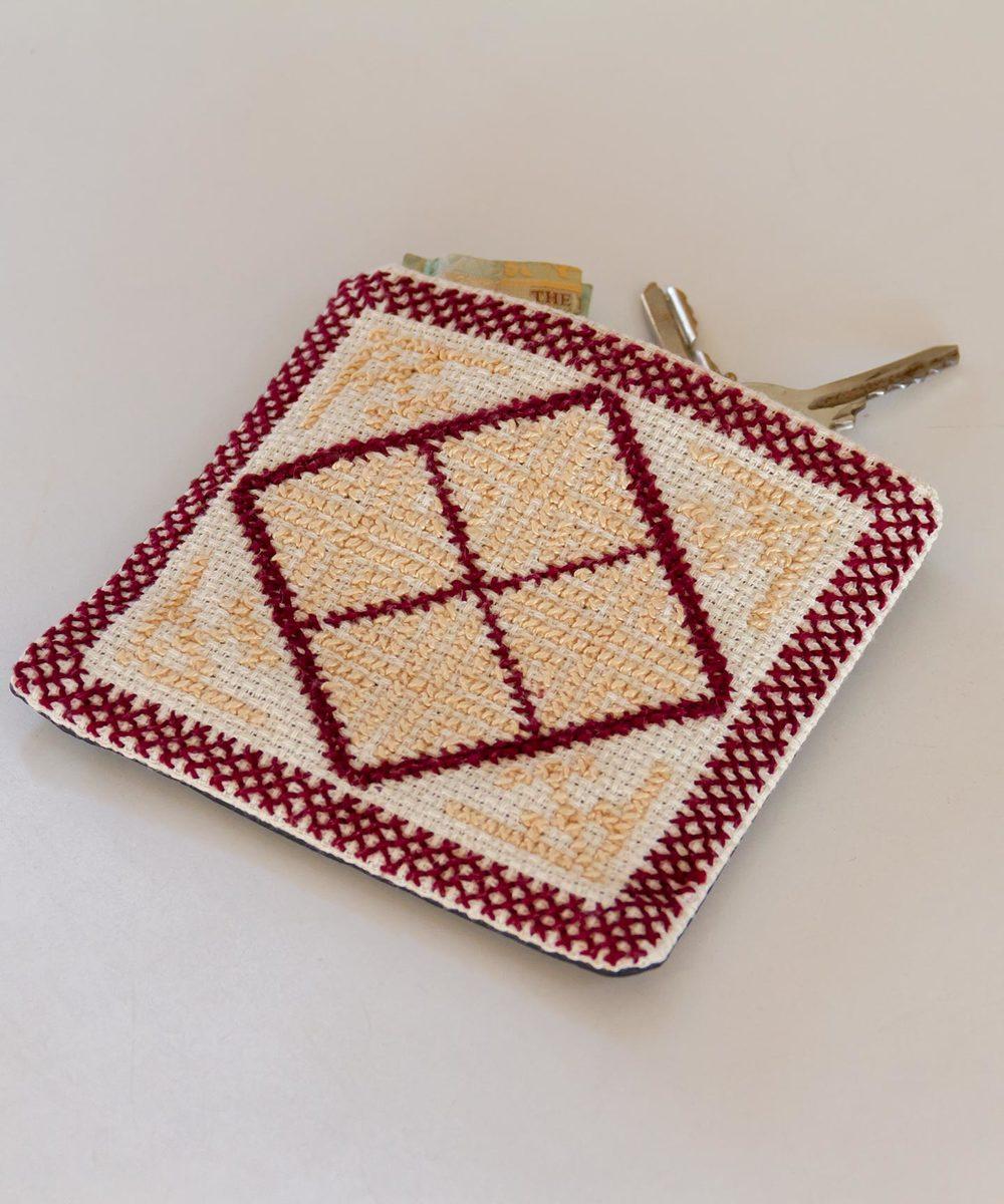 محفظة مربعة مطرزة باللونين البيج والخمري