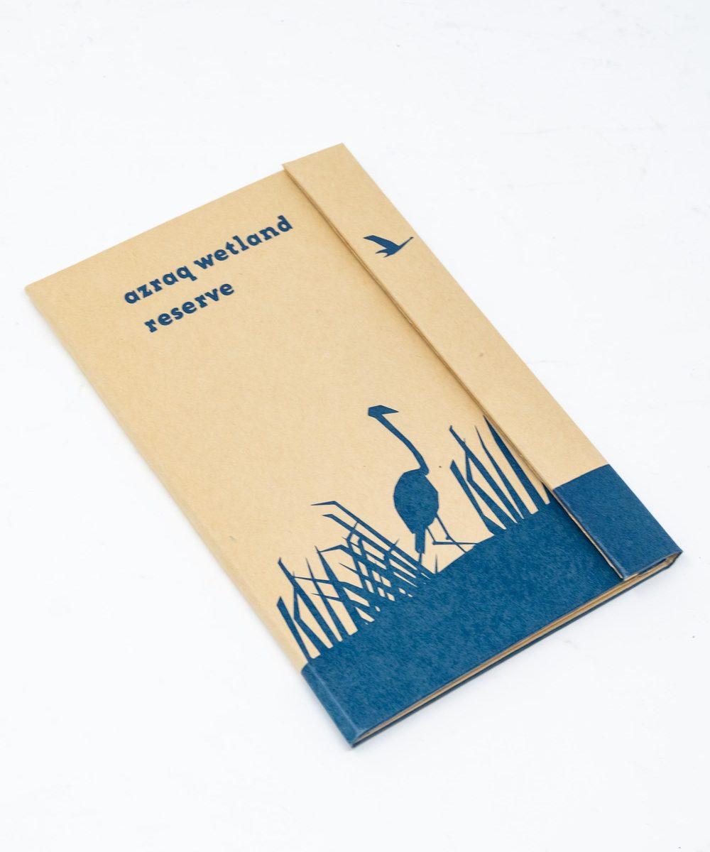 دفتر ملاحظات قماش باللون أزرق.