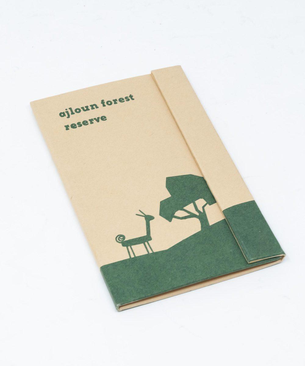 دفتر ملاحظات باللون الأخضر الداكن