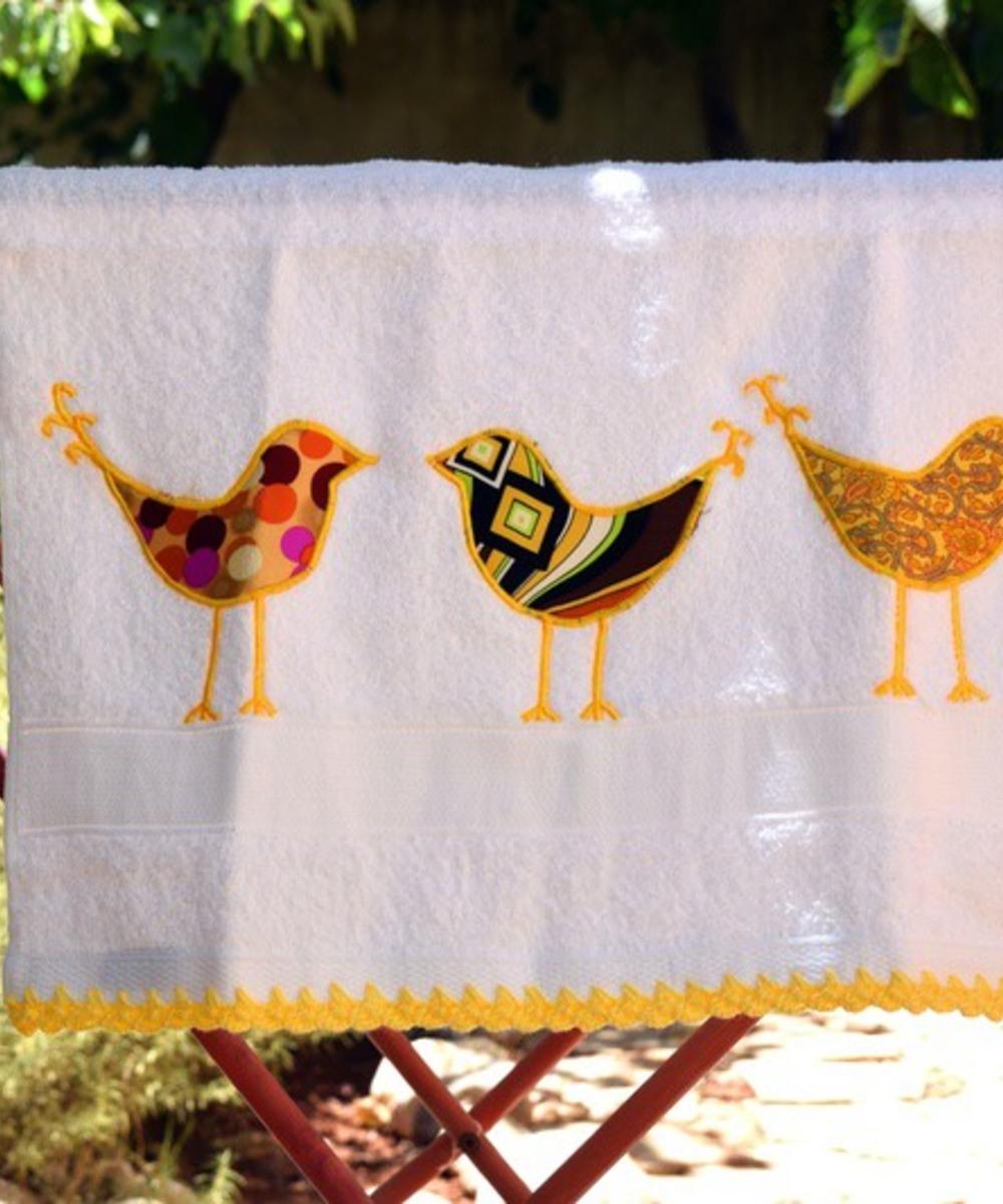 منشفة قطنية مطرزة - إطار أصفر اللون