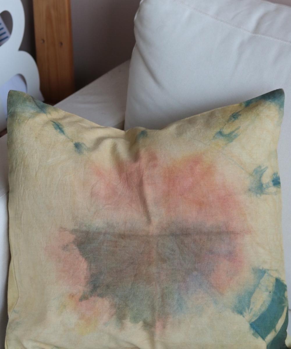 وسادة متباينة الألوان (أزرق بني وزهري)