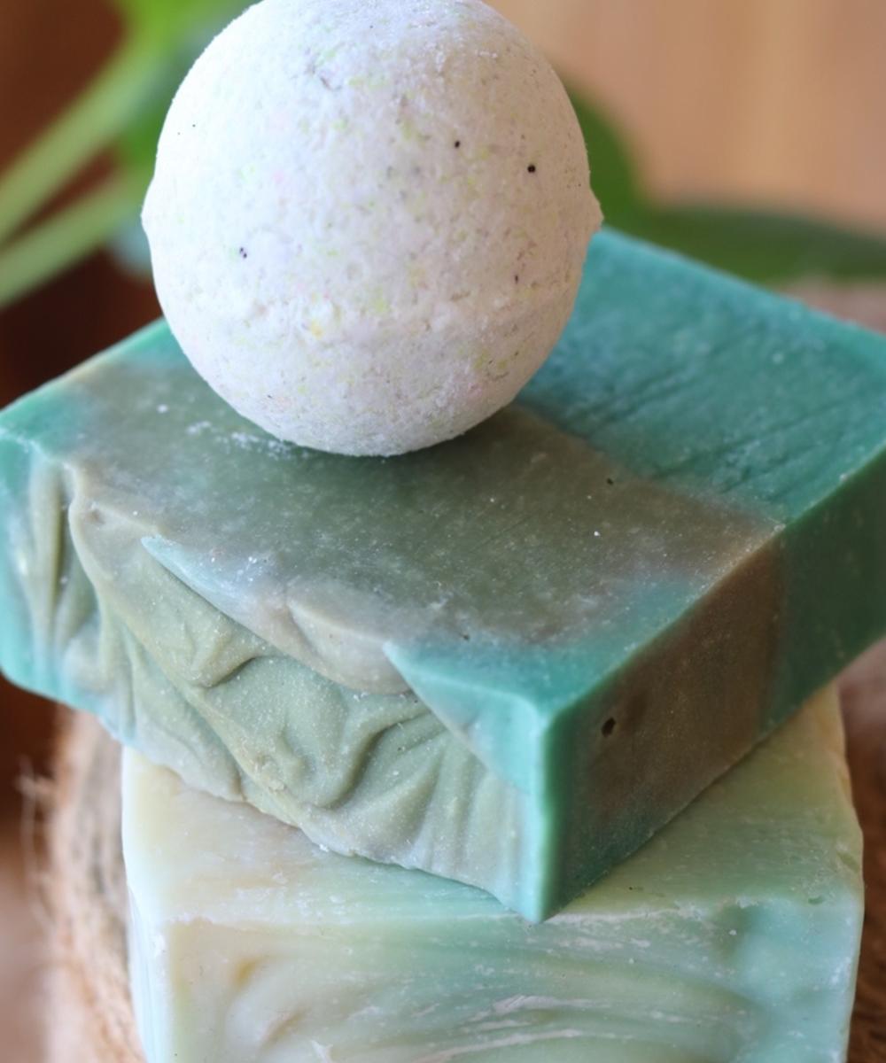 مجموعة من قطعتي صابون وأملاح الاستحمام الفوارة باللون الأخضر