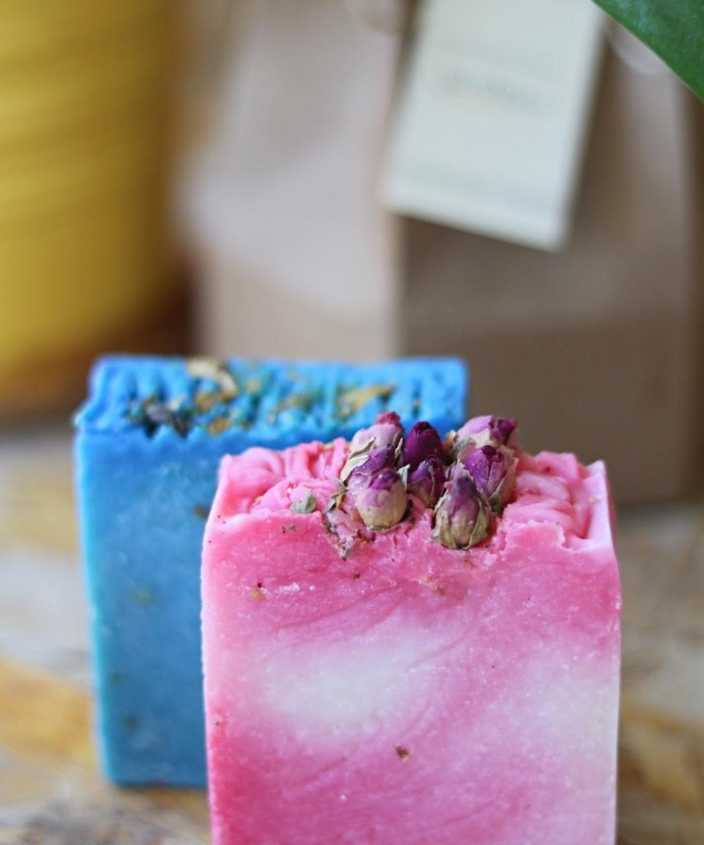 مجموعة من قطعتي صابون (  زيت البتشول و الورد)