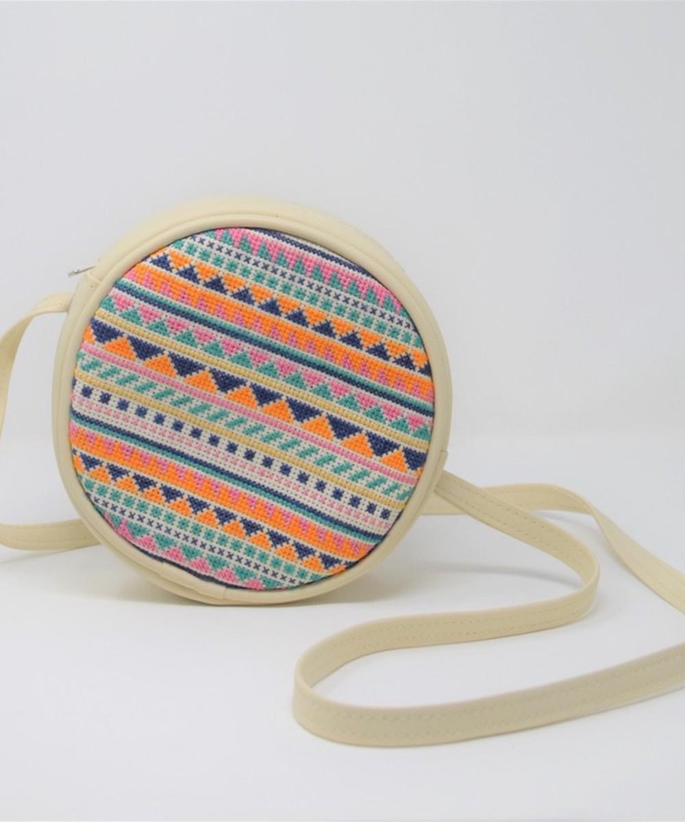 حقيبة دائرية مطرزة - بيج