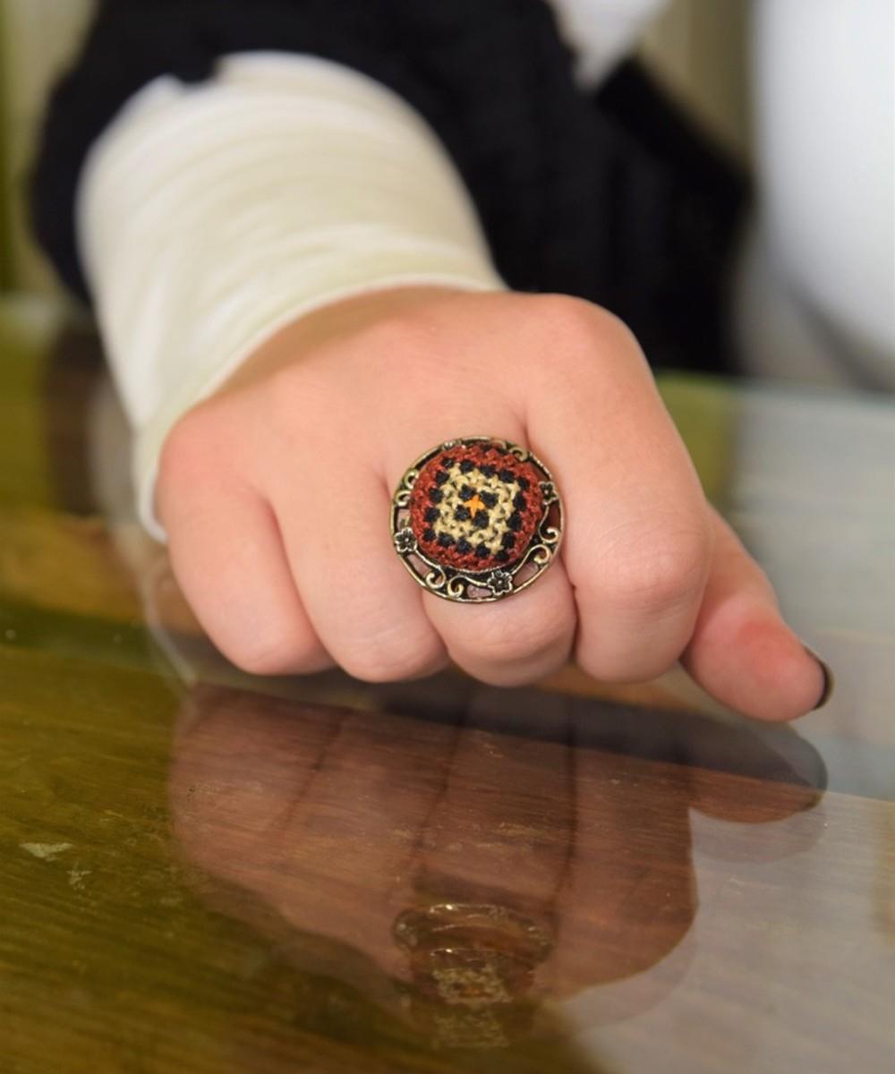 خاتم مطرز - أحمر وأسود