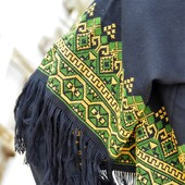 شال أسود مطرز يدويا(أصفر وأخضر)