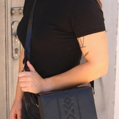 حقيبة جلدية مطرزة باللون الأسود