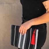 حقيبة أسود وأبيض على الطراز البدوى بشرابة حمراء وسلسلة ذهبية