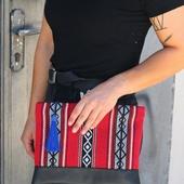 حقيبة من الجلد الأسود ونسيج مطرز باللون الأحمر