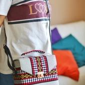 حقيبة بيضاء وحمراء بنسيج على الطراز البدوى وحزام جلدى