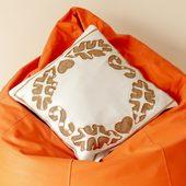 غطاء وسادة من الساتان الأبيض بزينة ذهبية