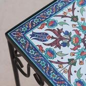طاولة جانبية بأرضية بيضاء وزخرفة إسلامية