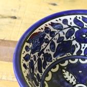 صحن سلطة كبير مزين بورود زرقاء مرسومة وملونة يدويا