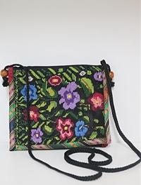 حقيبة سوداء مطرزة يدويا بتصميم أزهار ملونة