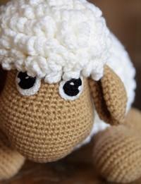 دمية على شكل خروف