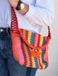 حقيبة منسوجة يدويا بألوان دافئة