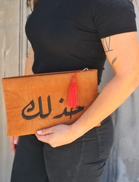 حقيبة باللون الجملى وشرابة برتقالية - خدلك