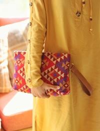 حقيبة صغيرة بنسيج على الطراز البدوى وحزام من الجلد