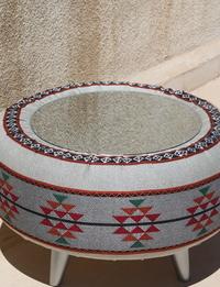 طاولة على طراز البوهو - أبيض ورمادي