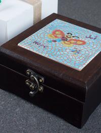 صندوق مصنوع يدوياً من الخشب