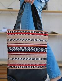 حقيبة كبيرة بنسيج على الطراز البدوى وحزام من الجلد