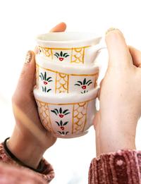 كوب بتصميم فنجان القهوة السادة
