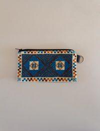 محفظة مستطيلة مطرزة باللونين الأزرق والبني