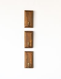 طقم مكون من ثلاثة قطع خشبية بعلاقة نحاسية