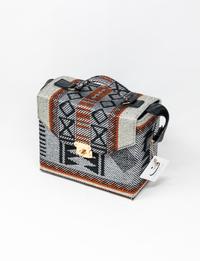 حقيبة بتصميم بدوي باللون البرتقالي و الأسود