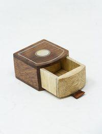 علبة خشبية صغيرة مصدفة