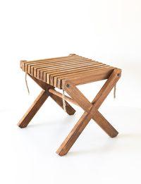 طاولة خشبية صغيرة مربعة الشكل