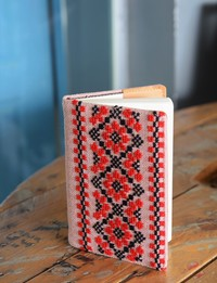 دفتر متوسط مطرز - زهري ومطرز بالأحمر والأسود