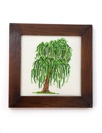 إطار خشبي بتطريز شجرة (بني وأخضر)