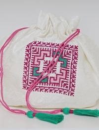 حقيبة كبيرة لون أبيض  مطرزة بألوان متعددة  بتصميم هندسى