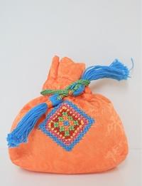 حقيبة صغيرة  لون برتقالي مطرزة بألوان متعددة بتصميم هندسى